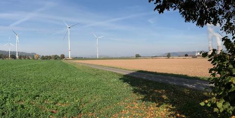 Der neu errichtete Windpark in Angesicht des Atomkraftwerkes