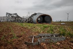 Der Gittermastturm der Vestas V47 nach der Sprengung im Windpark Blender