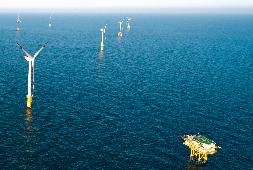 Windpark alpha ventus mit gelbem Farbanstrich